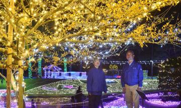 園内を彩るイルミネーションを眺める外山さん(右)=1日午後、宮崎市・フローランテ宮崎