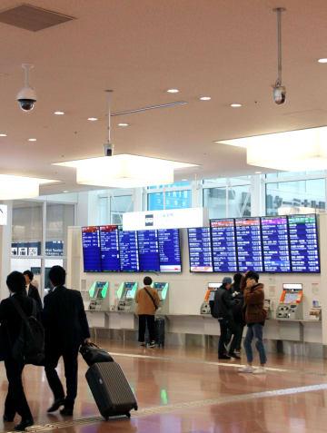 警備システムの実証実験で、天井に監視カメラが設置された国際線旅客ターミナルの到着ロビー=1日、羽田空港