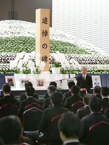 笹子トンネル事故の追悼慰霊式で、再発防止を訴える石川信一さん(奥右)=2日午前、山梨県都留市