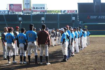甲子園で親睦を深めた滋賀大教育学部準硬式野球部OBチーム(右列)と台湾政治大OBチーム(甲子園球場)