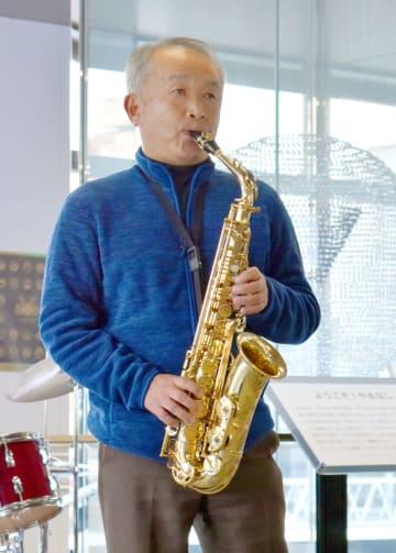 笹子トンネル事故の犠牲者9人を追悼するジャズライブでサックスを演奏する遺族の小林寿男さん=2日午後、甲府市