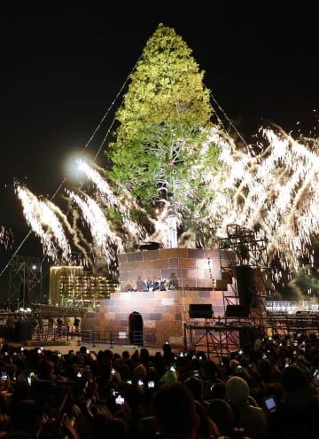 オープニングセレモニーで点灯された巨大クリスマスツリー=2日夜、神戸港