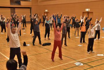 ラジオ体操に取り組む研修会の参加者=桜川市内