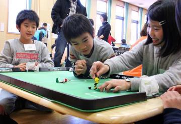 「ティップ・キック」を体験する子どもたち=長崎市、上長崎地区ふれあいセンター