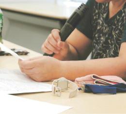 強制不妊手術を巡る厚生労働省との面談時の記者会見で、国に謝罪と補償を求める原告女性の義姉=9月26日、東京・永田町の参院議員会館
