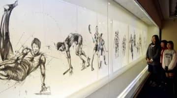 リオ五輪で活躍した選手をモチーフに躍動感あるタッチで描かれた墨絵が並ぶ会場(草津市野路6丁目・クレアホール)