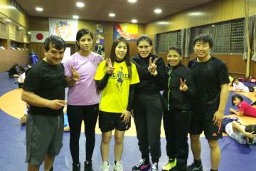 至学館大での練習では吉田沙保里コーチからの指導も受けたペルー・チーム。右端が山﨑さん