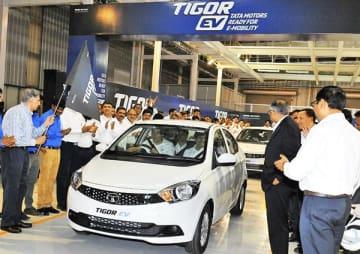 タタ・モーターズは「ティゴール」の電気自動車の生産を開始した=6日、グジャラート州サナンド(同社提供)
