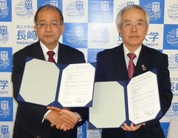 連携協定を交わした河野学長(右)と久留島館長=長崎市、長崎大