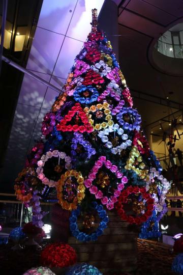クリスマスまで毎晩点灯している折り紙ツリー=アルカスSASEBO