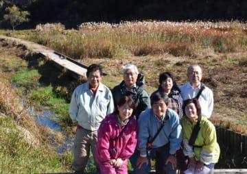 川坂湿原の環境保護や、地区の活性化を狙った活動に取り組んでいる「川坂川を守る会」のメンバー