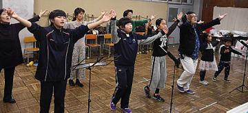 英語の歌を練習する「The Sound of music」の出演者たち