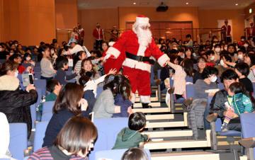 県のシンボルキャラクターみやざき犬などのダンスショーや「サンタさん」の登場などで盛り上がったクリスマスこども大会=9日午後、三股町立文化会館