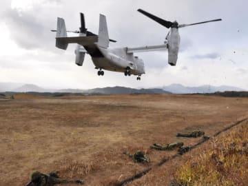 陸上自衛隊と米海兵隊の日米共同訓練で、離陸し上昇する米軍の輸送機オスプレイ=11日午後、熊本県山都町