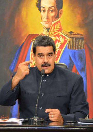 10月、ベネズエラの首都カラカスの大統領府で記者会見するマドゥロ大統領(共同)