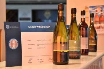 香港のワインコンクールで銀賞を獲得したシャルドネ・エステート(手前)などの受賞銘柄