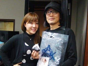 歌手の小野正利さん(右)と、パーソナリティの平原綾香