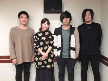 back numberの清水依与吏さん(中央右)、小島和也さん(右)、栗原寿さん(左)と、パーソナリティの坂本美雨(中央左)