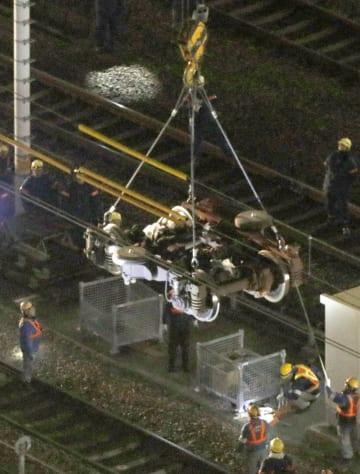 新幹線の13号車から撤去され、クレーンでつり上げられる亀裂が見つかった台車=16日未明、JR名古屋駅