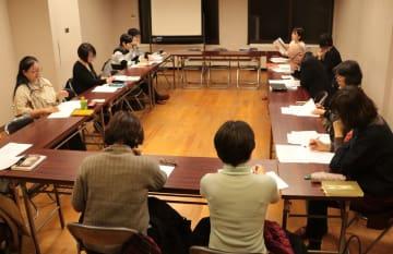 来年4月から本格的な活動に乗り出す「ながさきDV加害者更生プログラム研究会」の勉強会=長崎市内