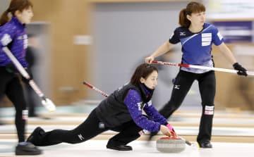 女子準々決勝・スウェーデン戦の第2エンド、ショットを放つLS北見・藤沢。右は本橋=軽井沢アイスパーク