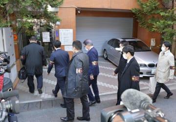 朝鮮総連系の保険会社「金剛保険」本社の家宅捜索に向かう捜査員ら=17日午前10時37分、東京都荒川区