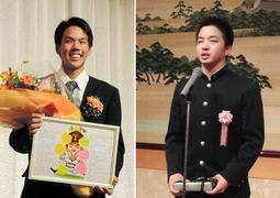 花束と寄せ書きを受け取り笑顔を見せる高松渡選手(写真左)と、受け取った記念品を手に決意を述べる山本拓実投手