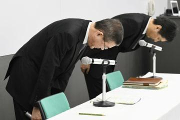 記者会見の冒頭、新車の無資格検査などについて謝罪するスバルの吉永泰之社長(手前)ら=19日午後、東京都渋谷区