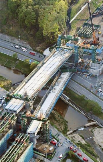 神戸市の新名神高速道路の工事現場で落下した橋桁=2016年4月