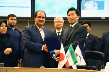 技術協力事業に関する覚書を交わす国際協力機構(JICA)職員ら=19日、テヘラン(共同)