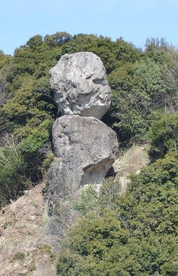 時津町の名所、さばくさらかし岩。「落ちそうで落ちない」ところが受験生の験担ぎにぴったり?=時津町元村郷
