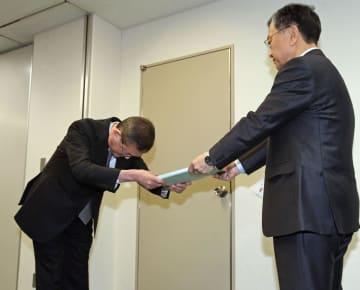 19日、新車の無資格検査問題で、国交省に報告書を提出するスバルの吉永泰之社長(左)
