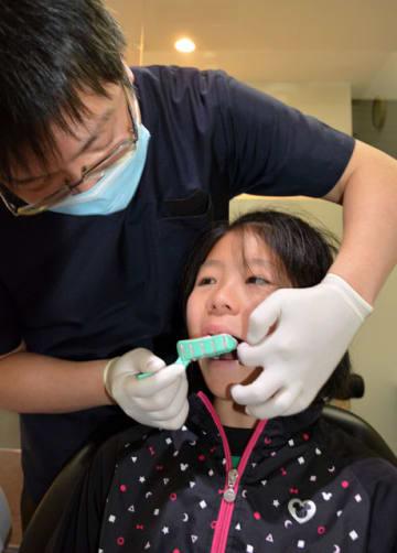 マウスガード製作で、歯科医師から歯型をとってもらう宮崎ラグビースクールの選手