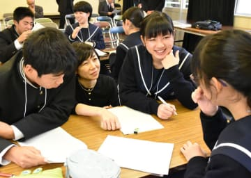 狩野みき講師(左から2番目)のアドバイスを受けながら文章を解釈するヒントを探す生徒たち