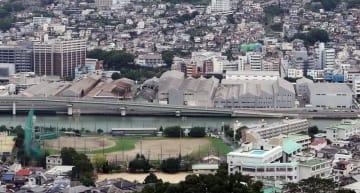 三菱重工業が活用法を公募している幸町工場一帯(中央の川沿い)=長崎市幸町