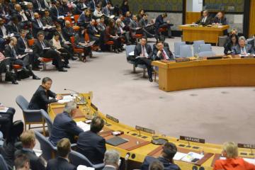 15日の国連安全保障理事会の閣僚級会合で発言するティラーソン米国務長官(手前のテーブル左から2人目)を見る北朝鮮の慈成男国連大使(奥のテーブル左)