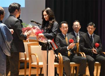 「京都スポーツの殿堂」の表彰で花束を受ける伊達公子さん(京都市中京区・立命大朱雀キャンパス)