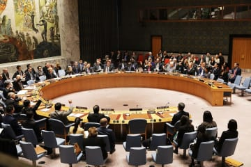 北朝鮮への新たな制裁決議案を採択する国連安全保障理事会のメンバーら=22日、ニューヨークの国連本部(ゲッティ=共同)