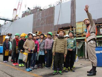 造船の様子を見学する子どもたち=長崎市、福岡造船長崎工場