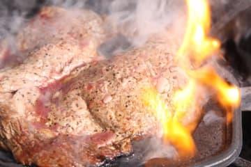 """熱々のリブロースステーキで""""肉納め""""はいかが?"""