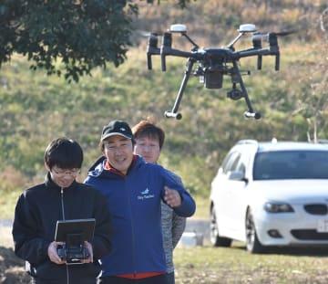 今回メイン講師となったラリーストリーム株式会社代表取締役の染宮弘和さん(右)。Matrice210RTKを使って目視外飛行訓練を担当した。