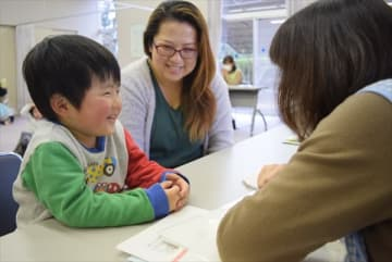 3歳児健診の一環で保健師と面談する幼児