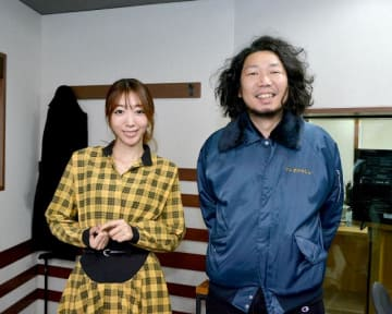 番組パーソナリティの本部長・マンボウやしろ(右)と秘書・浜崎美保(左)