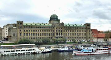 チェコ産業貿易省庁舎とブルタバ川=10月、プラハ(共同)