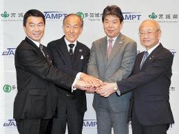 協定を締結し握手する(右から)菊地市長と保田社長。左端は村井知事。