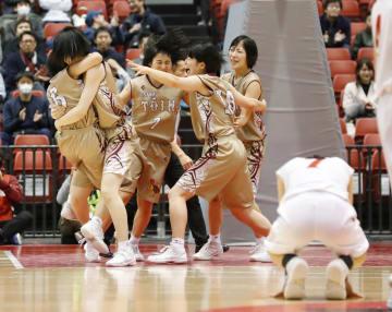 安城学園を破り初優勝を決め、喜ぶ大阪桐蔭の選手ら=東京体育館
