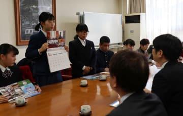 市長にカレンダーを紹介する高校生=長崎市役所