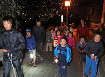 拍子木の音に合わせ「戸締り用心、火の用心」と呼び掛ける子どもたち=長崎市伊良林2丁目