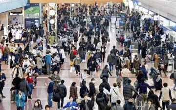 帰省客などで混雑する羽田空港国内線の出発ロビー=29日午後
