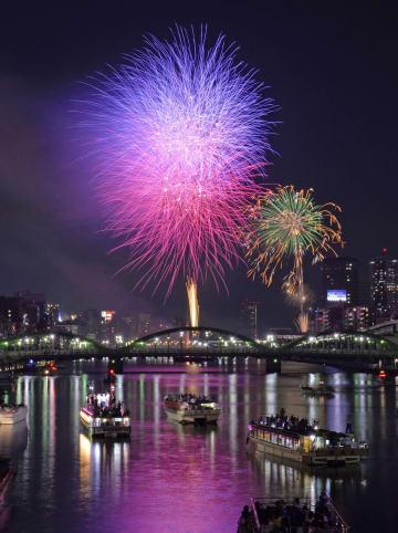 夜空を鮮やかに彩る東京・隅田川の花火=2016年7月